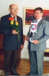 Sukuviirin-luovutus-Erkki-Vaari-Koivistoiselle-16.3.2002-2-195x300