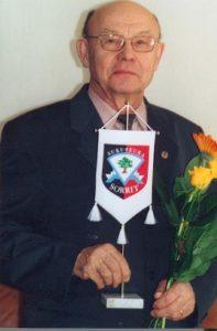 Sukuviirin-luovutus-Erkki-Vaari-Koivistoiselle-16.3.2002-3-197x300