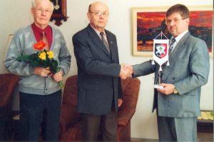 Sukuviirin-luovutus-Erkki-Vaari-Koivistoiselle-16.3.2002-300x199