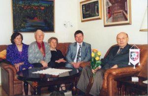 Sukuviirin-luovutus-Erkki-Vaari-Koivistoiselle-16.3.2002-4-300x195